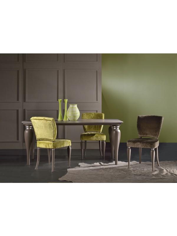 Stoli za jedilnico različnih barvnih odtenkov
