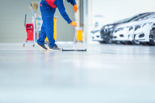 Samorazlivni tlaki se v tekočem stanju nanesejo na tla objekta