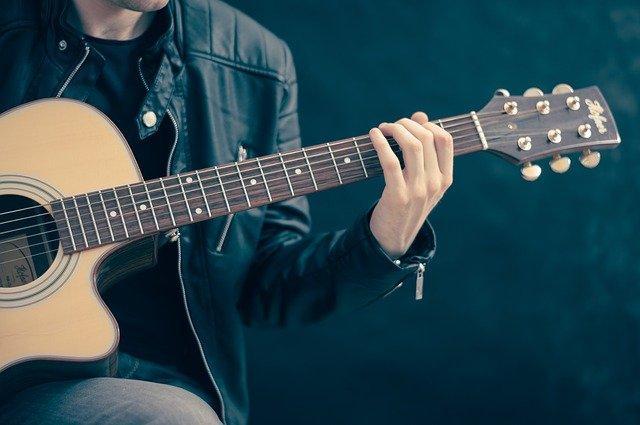Dobra glasbena trgovina pomaga pri izbiri in nakupu, pa tudi pri igranju na glasbila